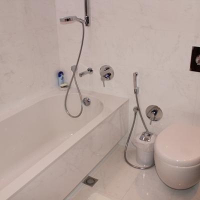 Установка ванны и унитаза