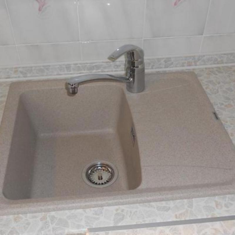 установка кухонной мойки и смесителя